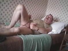 Tueffi nackt im Bett - Wichsen bis der Samen spritzt